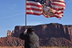 Indio de Navajo que aumenta la bandera americana Fotografía de archivo libre de regalías