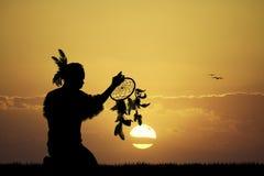 Indio del nativo americano con el dreamcatcher Imágenes de archivo libres de regalías