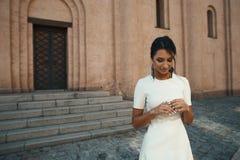 Indio en vestido contra el edificio antiguo con mirada pensativa Foto de archivo