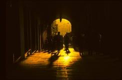 Indio folk som passerar porten på Royaltyfri Fotografi