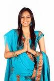 Indio joven en una actitud del namaste (saludo). Fotografía de archivo libre de regalías