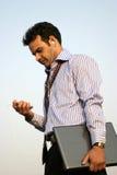 Indio joven usando el jugador mp3 Fotografía de archivo libre de regalías