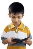 Indio Little Boy con el teléfono móvil Imagen de archivo