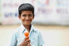 Indio Little Boy con helado Imagen de archivo