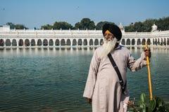 Indio orgulloso Un hombre de Delhi, la India comtemplando cerca del agua santa de Gurudwara Bangla Sahibat Imágenes de archivo libres de regalías