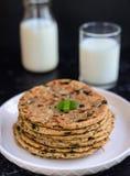 Indio Parantha (pan indio relleno) y leche Imagen de archivo