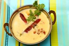 Indio, Rajasthani, Gujarati Curd Curry en un cuenco de cobre Foto de archivo libre de regalías