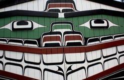 Indio sonriente pintado Longhouse Foto de archivo libre de regalías