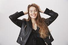 Indipendente di sensibilità e spensierato Tenersi per mano femminile caucasico attraente ottimistico sulla testa, occhi di chiusu Fotografia Stock
