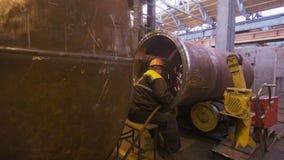 Indique al soldador de mediana edad que trabaja con el tubo enorme debajo de chispas almacen de video
