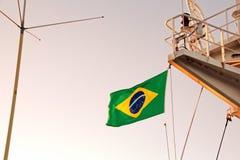 Indique as bandeiras aumentadas no mastro de um navio mercante nos portos de chamada fotografia de stock royalty free