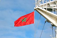 Indique as bandeiras aumentadas no mastro de um navio mercante nos portos de chamada fotografia de stock