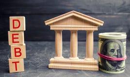 Indique a construção, os dólares e a inscrição 'débito ' Pagamento dos impostos e do débito ao estado Conceito da crise financeir foto de stock royalty free