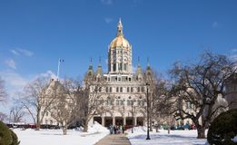 Indique el edificio del capitol en Hartford, Connecticut el día del ` s de St Patrick imagenes de archivo