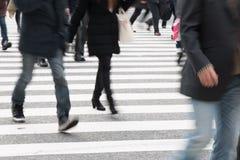 Indique a la gente borrosa a través de peatones en el empalme de Shibuya, T Foto de archivo