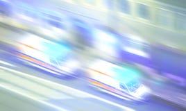 Indique las ambulancias borrosas con las luces que destellan en la noche Foto de archivo libre de regalías