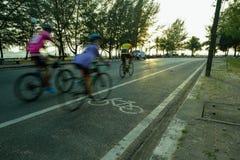 Indique a silueta borrosa a la parte del ciclista que va rápidamente en una bici Foto de archivo libre de regalías