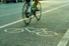 Indique a silueta borrosa a la parte del ciclista que va rápidamente en una bici Fotos de archivo libres de regalías