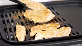 Indiquer des morceaux de morceaux de viande de tabagisme et de cuisson à la vapeur délicieux clips vidéos