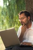 Indiër en laptop Royalty-vrije Stock Afbeelding