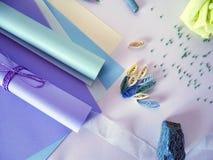 Indirectas del hilo del polvo, del rosa, de la púrpura y del color de la lila, tonos en colores pastel del papel coloreado para e Imagen de archivo libre de regalías