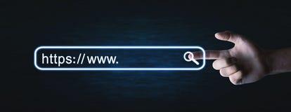 Indirizzo maschio dei https di stampaggio a mano Concetto di ricerca del Internet immagine stock