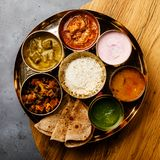 Indisch-ähnliche Mahlzeit indische Nahrung-Thali mit Hühnerfleisch lizenzfreies stockbild