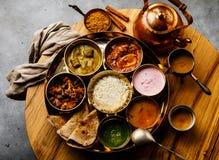 Indisch-ähnliche Mahlzeit indische Nahrung-Thali mit Hühnerfleisch und Masala-Tee Chai stockbilder