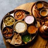 Indisch-ähnliche Mahlzeit indische Nahrung-Thali mit Hühnerfleisch und Masala-Tee Chai lizenzfreies stockbild