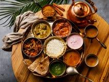 Indisch-ähnliche Mahlzeit indische Nahrung-Thali mit Hühnerfleisch und Masala-Tee Chai stockfotos