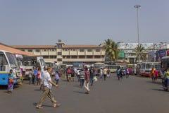 Indisch busstation met multi-colored bussen en lopende mensen stock afbeeldingen
