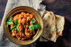 Indisch Channa Masala met kekers en Naan-brood royalty-vrije stock afbeelding