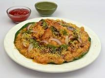 Indisch die de straatvoedsel van Alootikki chaat met chole wordt gediend stock afbeelding