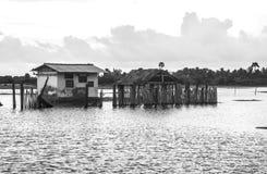 Indisch die huis in water tijdens vloed wordt ondergedompeld Stock Afbeeldingen
