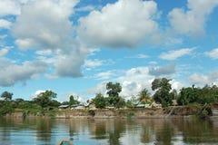 Indisch dorp in regenwoud van Amazonië. Stock Afbeeldingen