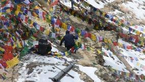 Indisch en tibetan gebonden gebed en de zegen van vlaggen op onderstel in Leh ladakh in Jammu en Kashmir, India stock video