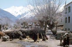 1977 Indisch Himalayagebergte Dorpsbewoners die in warmte van de vroege de lentezon werken stock foto