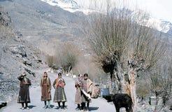 1977 Indisch Himalayagebergte Jonge meisjes op de weg dichtbij Tandi Royalty-vrije Stock Foto