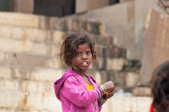 Indisch jong meisje op Ghat in Varanasi stock afbeelding