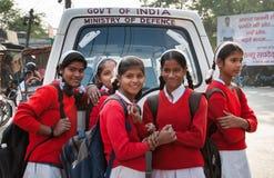 Indisch jong schoolmeisje op de straat royalty-vrije stock afbeelding