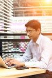 Indisch, Kaffee trinkend lizenzfreie stockbilder