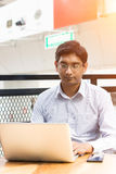 Indisch, Kaffee trinkend lizenzfreie stockfotografie
