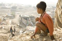 Indisch kind in een krottenwijk in Delhi, India 19/07/2012 Stock Afbeelding