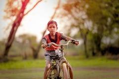 Indisch kind op fiets stock fotografie