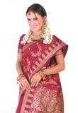 Indisch meisje in bevindende houding met rijke jewelery royalty-vrije stock afbeelding