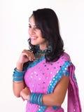 Indisch meisje dat met zware jewelery lacht royalty-vrije stock fotografie