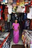 Indisch meisje dat zich in haar winkel bevindt Stock Foto's