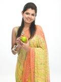Indisch meisje in Sari met groene appel Royalty-vrije Stock Afbeeldingen