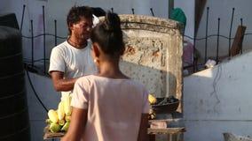 Indisch mensen roosterend graan bij de straattribune in Goa stock videobeelden