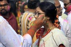 Indisch Paar die Holi vieren Portret van liefdevogels bij Holi-viering Royalty-vrije Stock Afbeeldingen